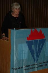 Cornelia Kerth (VVN-BdA) wirbt für die Aktion gegen Waffen-SS Ehrungen im Baltikum